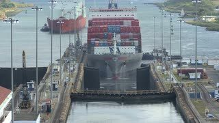 panama-canal-container-ship-gatun-locks_zyycoeler__S0000